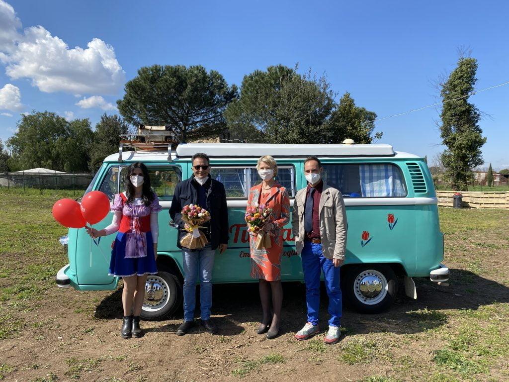 Minivan Wolkswagen con ambasciatrice e presidente feder fiori a TuliPark